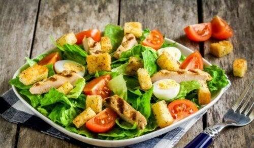 salat med kylling og æg