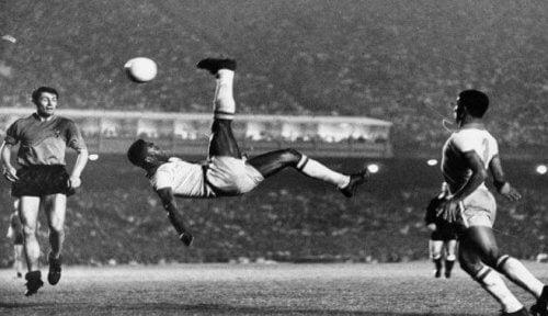 sort-hvid billede af fodboldspark