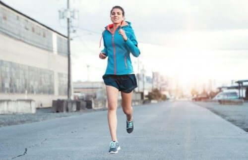 kvinde der løber udenfor