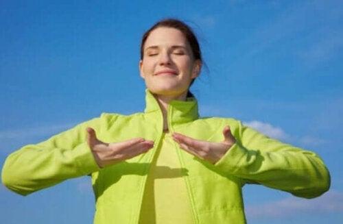 kvinde der nyder den friske luft