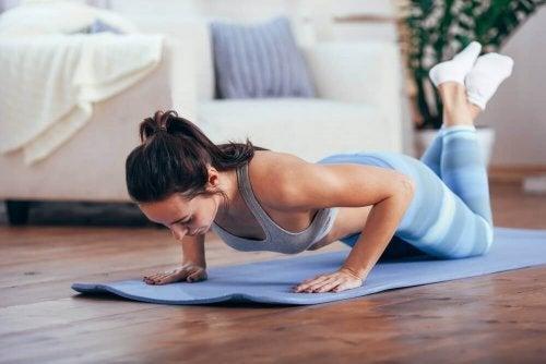 kvinde der træner hjemme