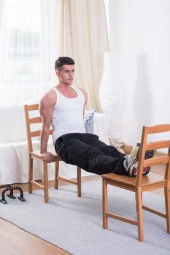 mand der inkluderer triceps i sit træningsprogram