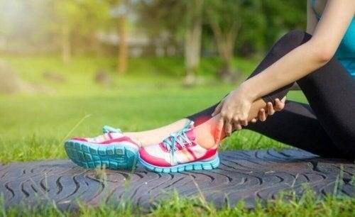 Kvinde oplever smerter i benet