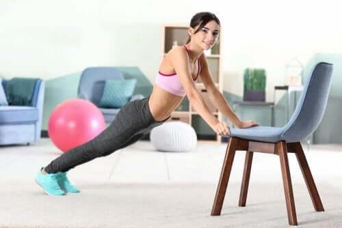 ung kvinde der træner med en stol