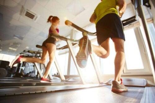 folk der løber på løbebånd