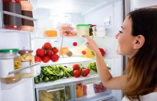 køleskab fyldt med grøntsager