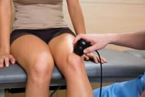 kvinde der får tjekket sit knæ