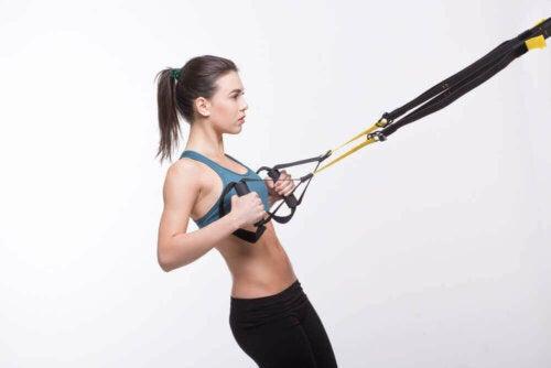 kvinde der laver suspensionstræning