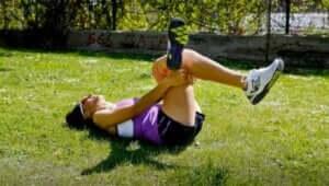 kvinde der strækker sin piriformis-muskel ud