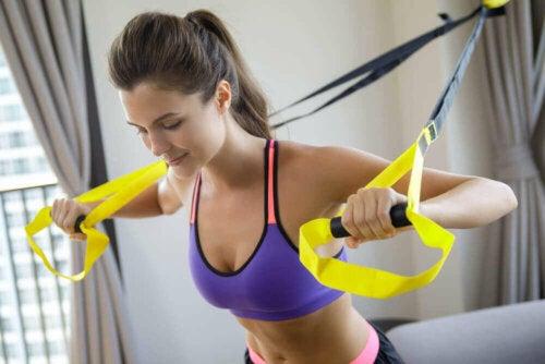 kvinde der træner bryst med TRX