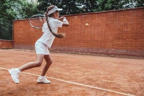 lille pige der spiller tennis