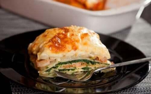 tallerken med lasagne