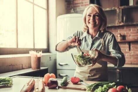 kvinde der laver salat