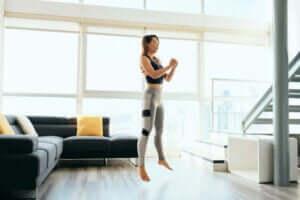 kvinde der træner i stue