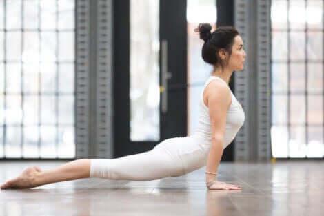 kvinde i yoga-stilling