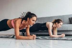 kvinder der laver øvelser til konditionering og træning derhjemme