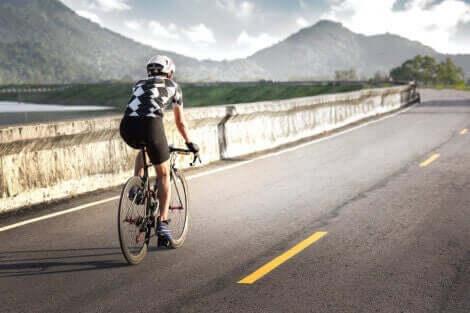 mand der cykler på vej