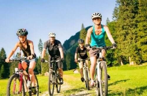 familie på cykeltur i naturen