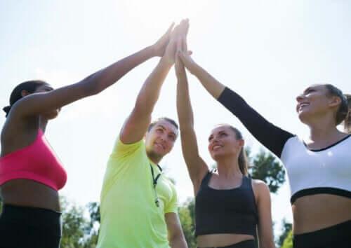 hold der giver hinanden high five