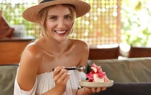 kvinde der spiser kage