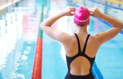 kvindelig svømmer med badehat