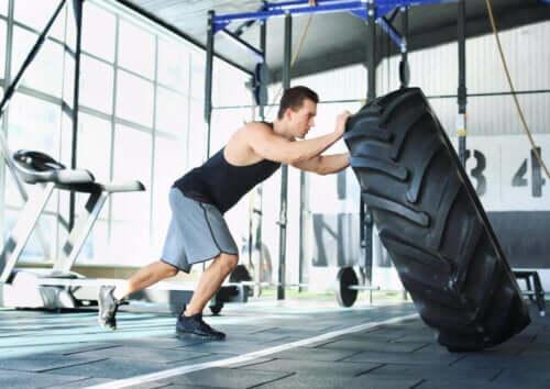 mand der træner med et dæk