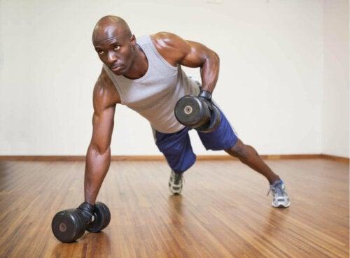 mand der træner med håndvægte