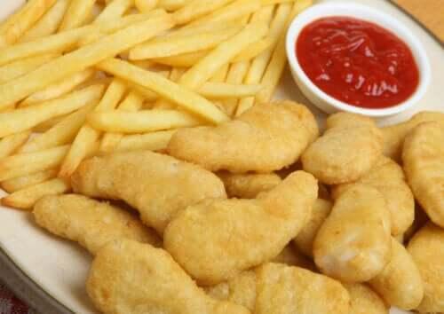 Tallerken med nuggets, pomfritter og ketchup
