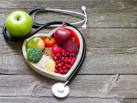 sund kost omgivet af hjerte og lægeapparat