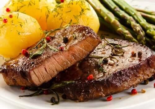 tallerken med kartofler og kød