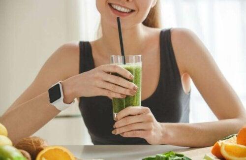 kvinde der drikker smoothie