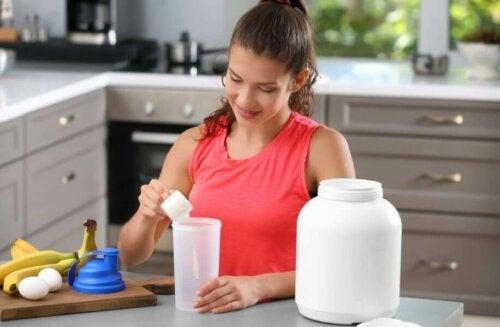 kvinde der laver en proteinshake