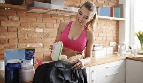 kvinde der pakker mad i taske