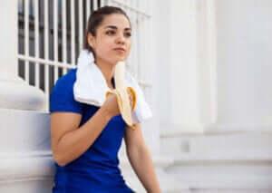 kvinde der spiser en banan