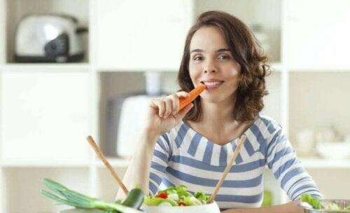 kvinde der spiser en gulerod