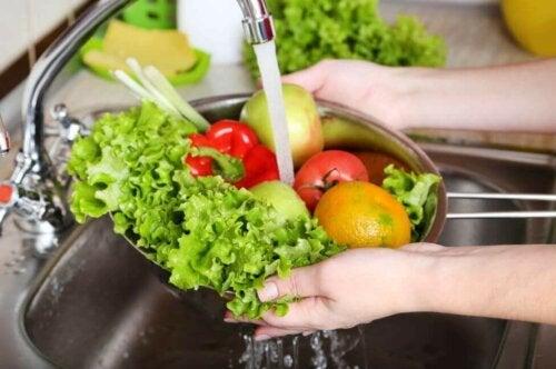 kvinde der vasker frugt og grønt