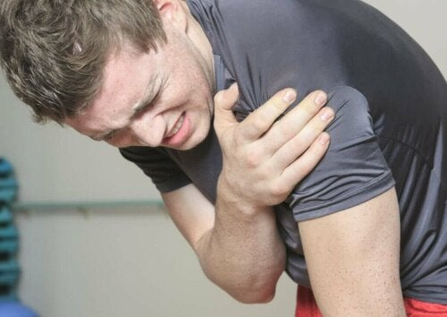 ung mand med smerter i skulderen