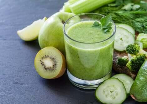 drik med grønne grøntsager og frugter