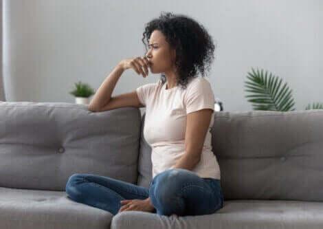 frustreret kvinde i sofa