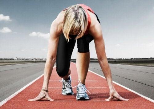 Kvinde gør sig klar til kapløb