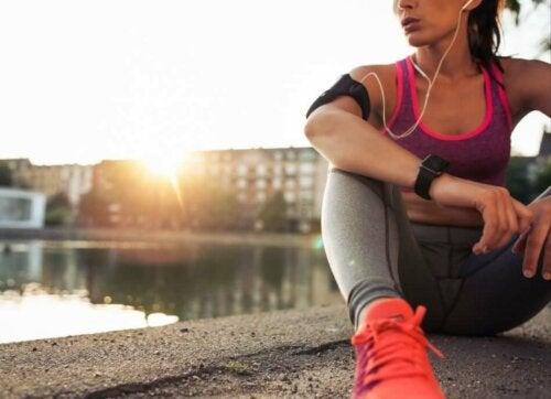 kvinde der bruger musik til at begynde at løbe