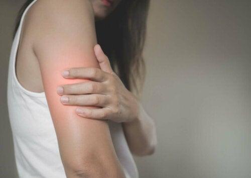 kvinde der har ondt i armen
