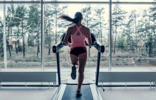 kvinde der løber på løbebånd