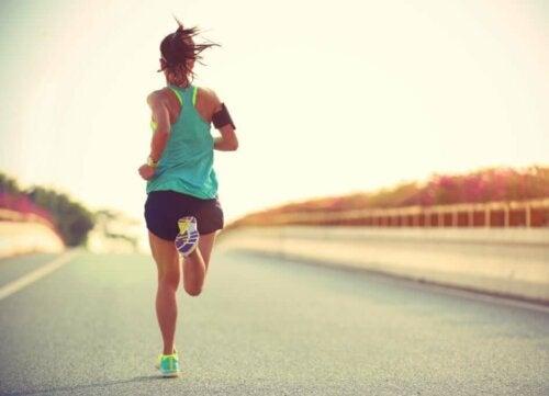 kvinde der løber på vej