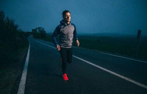 mand der løber i mørke