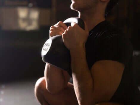 mand der træner med en kettlebell