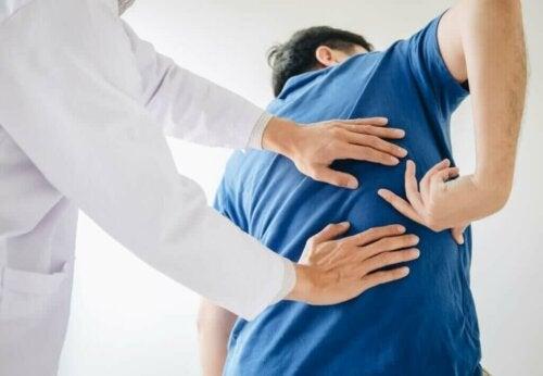 mand til læge med ondt i ryggen