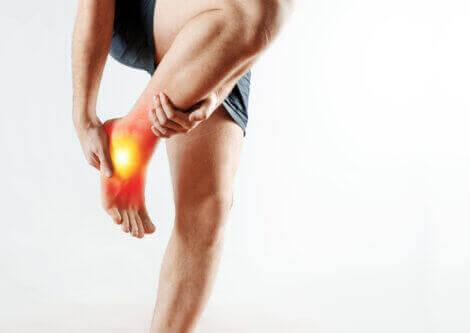 person med smerter i sin fod