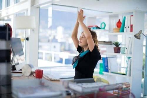 3 yogarutiner for folk, der arbejder på kontor