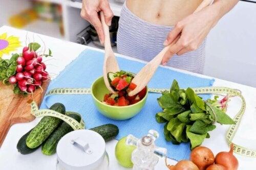 kvinde der laver en salat